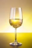 Exponeringsglas för vitt vin på trätabellen Arkivfoto