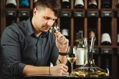 Exponeringsglas för vitt vin för Sommelier degustating hällt in Arkivfoto
