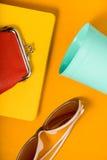 Exponeringsglas från solen, ett plast- exponeringsglas, en anteckningsbok på en gul tabell för popkonst Royaltyfria Bilder