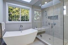 Exponeringsglas gå-i dusch i ett badrum av det nya lyxhemmet Royaltyfri Fotografi
