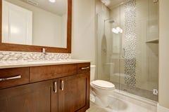 Exponeringsglas gå-i dusch i ett badrum av det splitterny hemmet arkivbild