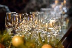 Exponeringsglas, gafflar, knivar, servetter och den dekorativa blomman på en tabell tjänade som för matställe i hemtrevlig restau Royaltyfri Bild