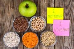Exponeringsglas gjuter med olika sädesslag - sund mat för begreppet för världsvegetarian- och strikt vegetariandag arkivfoto