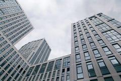 Exponeringsglas höga löneförhöjningbyggnader som underifrån tas berlin byggnadskontor Royaltyfri Fotografi