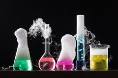 Exponeringsglas i ett kemiskt laboratorium fyllde med kulör flytande under Royaltyfri Bild