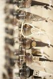 Exponeringsglas i hylla i ett solglasögonlager Royaltyfri Fotografi
