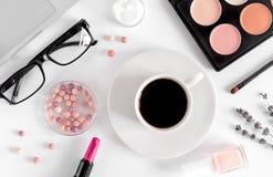 Exponeringsglas, kaffe och skönhetsmedel på den vita kvinnan bordlägger bästa sikt för bakgrund royaltyfri foto