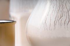 Exponeringsglas kanna, gul kopp av kefirnärbild Royaltyfria Bilder