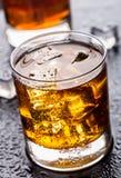 Exponeringsglas med alkoholdrycken Arkivbild
