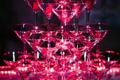Exponeringsglas med alkoholiserade coctailar är den härliga glidbanan beautifully exponerad i stången royaltyfria bilder
