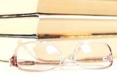 Exponeringsglas med böcker i bakgrunden Arkivfoton