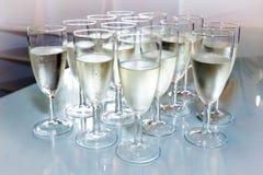 Exponeringsglas med champagne Arkivbild