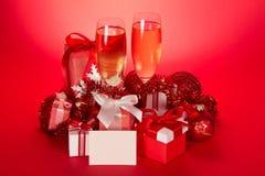 Exponeringsglas med champagne, gåvaaskar, jul royaltyfri bild
