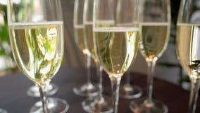 Exponeringsglas med champagne, långsam kameraspännvidd längs arkivfilmer