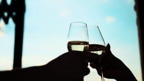 Exponeringsglas med champagne mot himlen arkivfilmer