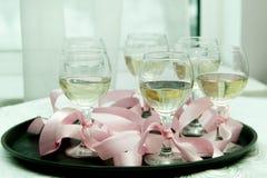 Exponeringsglas med champagne på ett magasin arkivbild