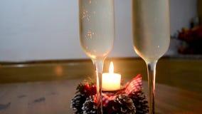 Exponeringsglas med champagne på trätabellen med stearinljusljus