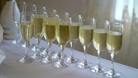 Exponeringsglas med champagne stock video