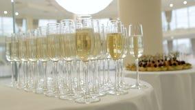 Exponeringsglas med champagne p? tabellen lager videofilmer
