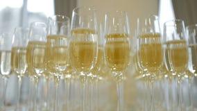 Exponeringsglas med champagne p? tabellen stock video