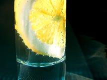 Exponeringsglas med citronen och bubblor Royaltyfri Bild