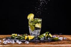 Exponeringsglas med drycken, limefrukt fotografering för bildbyråer