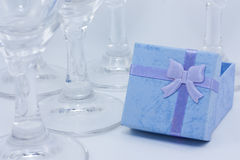 Exponeringsglas med en alkoholdryck och gåvor royaltyfri foto
