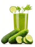 Exponeringsglas med fruktsaft för ny grönsak som isoleras på vit Detoxen bantar Royaltyfri Foto