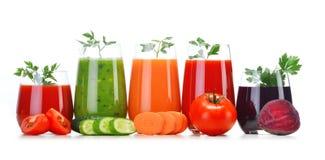 Exponeringsglas med fruktsafter för ny grönsak på vit arkivbild