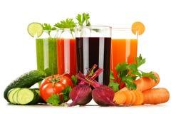 Exponeringsglas med fruktsafter för ny grönsak som isoleras på vit Fotografering för Bildbyråer