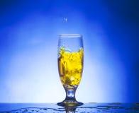 Exponeringsglas med gul flytande royaltyfria bilder