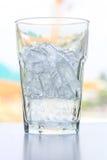 Exponeringsglas med iskuber Arkivfoto