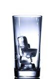 Exponeringsglas med isolerad vit bakgrund för isvatten Royaltyfri Foto