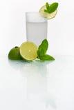 Exponeringsglas med kall lemonad Arkivfoton