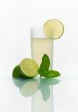 Exponeringsglas med kall lemonad Royaltyfri Foto