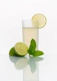 Exponeringsglas med kall lemonad Royaltyfri Fotografi