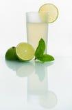 Exponeringsglas med kall lemonad Royaltyfria Foton