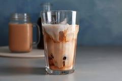 Exponeringsglas med kallt brygdkaffe och mjölkar royaltyfri fotografi