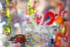 Exponeringsglas med kulör flytandefärgstänk som formas som en svan arkivbild