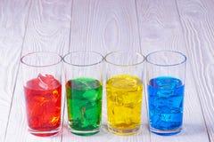 Exponeringsglas med kulört vatten och is Arkivbilder