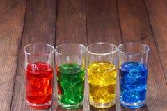 Exponeringsglas med kulört vatten och is Arkivbild