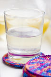 Exponeringsglas med lemonade Arkivfoto