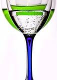 Exponeringsglas med likör och vatten Royaltyfri Foto
