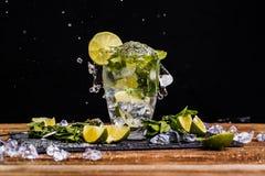 Exponeringsglas med is, limefrukt, mintkaramell royaltyfria bilder