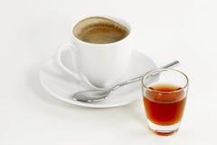 Exponeringsglas med liqueur och kaffe Arkivfoto