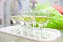 Exponeringsglas med mineralvatten på magasinet Royaltyfri Foto