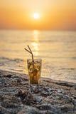 Exponeringsglas med mojitococtailen på stranden Fotografering för Bildbyråer
