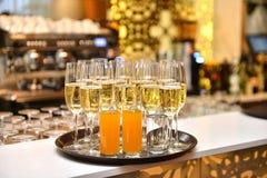 Exponeringsglas med mousserande champagne Arkivbild
