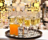 Exponeringsglas med mousserande champagne Arkivbilder