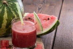 Exponeringsglas med ny vattenmelonfruktsaft royaltyfri foto